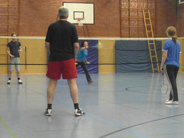 Vier Badminton-Spieler in einer Turnhalle